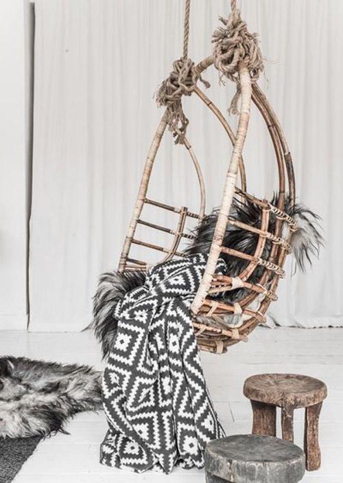 estilo y decoracion con sillas colgantes de mimbre