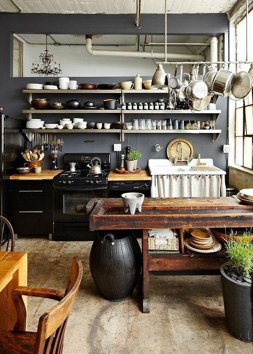 estanterías de acero inoxidable en las cocinas de estilo industrial