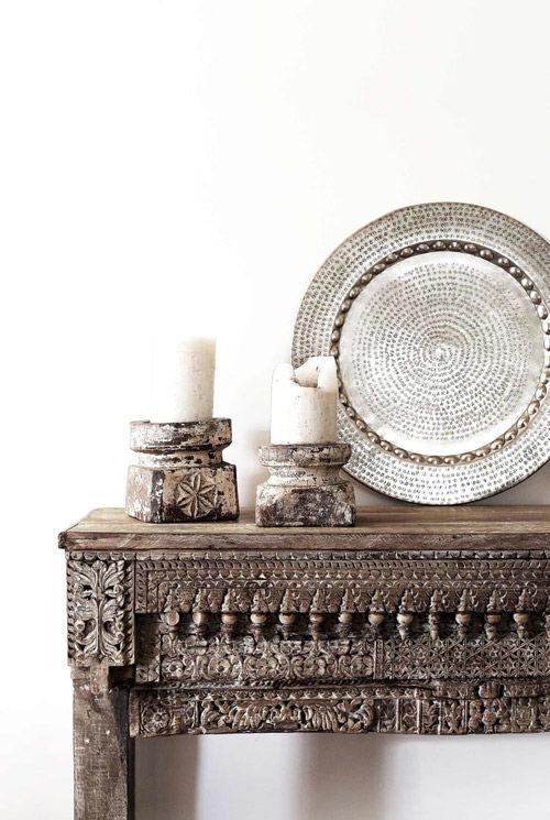 Detalles labrados a mano de una mesa de madera de la India