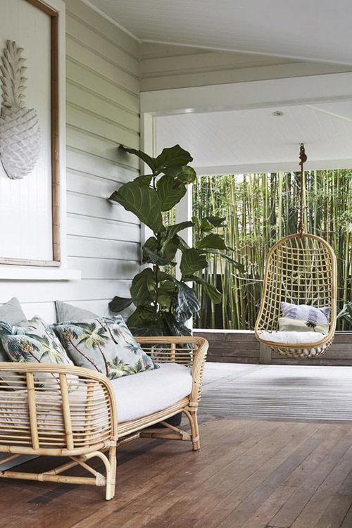 sillas colgantes de mimbre en el jardín y la terraza de casa