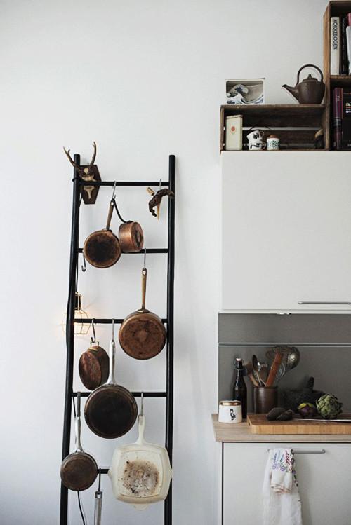Escalera para colgar las cacerolas en la cocina