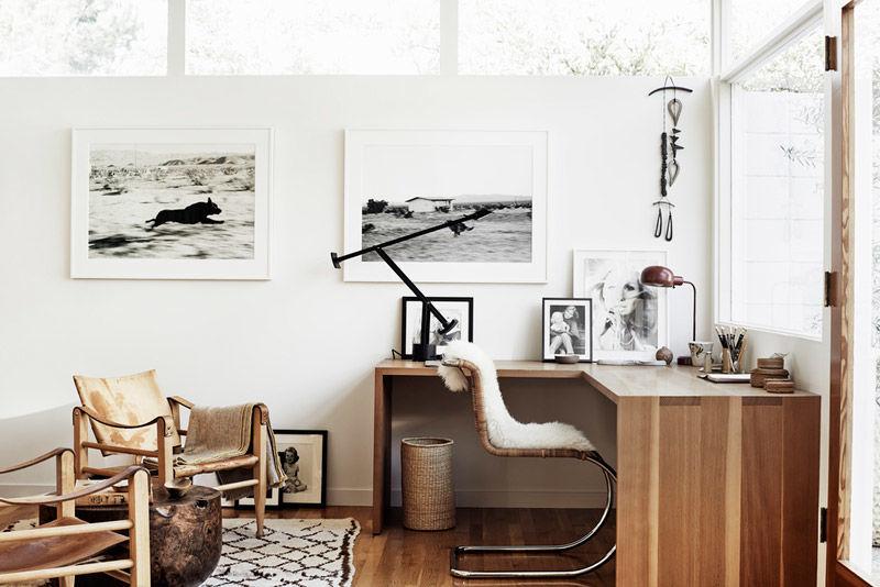 Habitacón con laminas en la pared