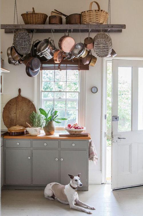 Una vieja escalera de madera para colgar trastos en la cocina
