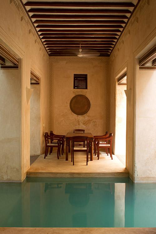 Interior con piscina en una casa de Lamu