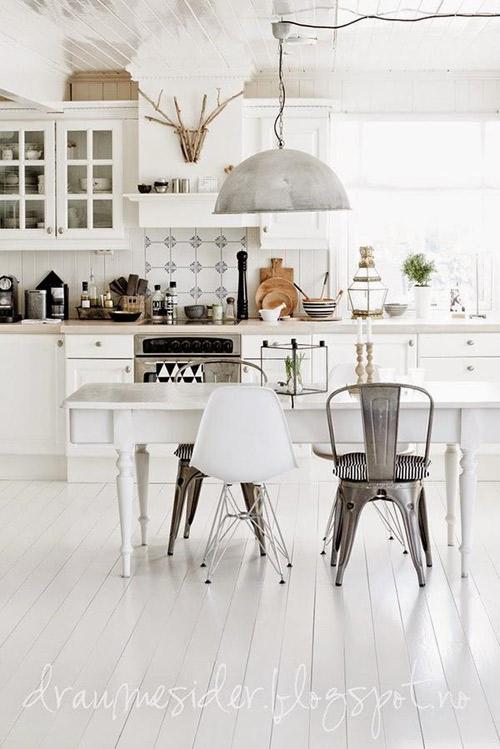 Sillas de diseño escandinavo en la cocina comedor