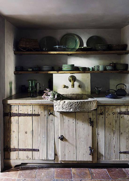 Piedra y madera en una cocina rústica