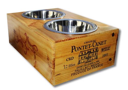 Recipiente hecho con una caja de madera para las mascotas