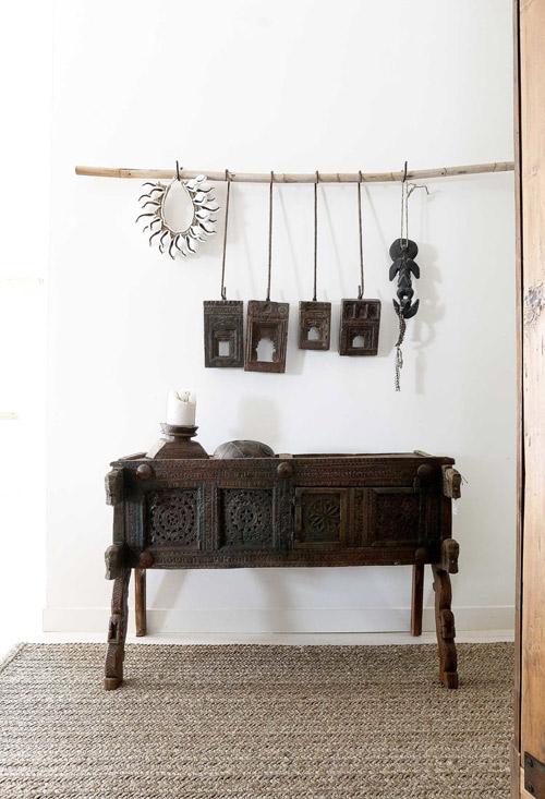 mesa de madera oscura de estilo indio