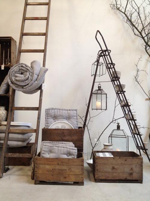 Escaleras decorativas y viejas cajas de madera en la decoración del hogar