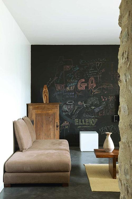pared de pizarra en la sala de estar