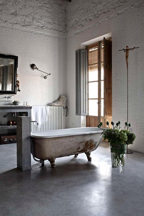 Bañera antigua de hierro fundido con patas