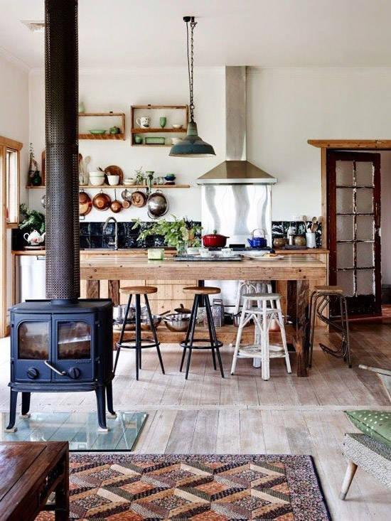 Cocina con muebles de madera y chimenea