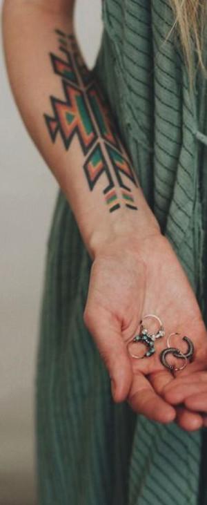 Antebrazo con un tatuaje tribal de colores