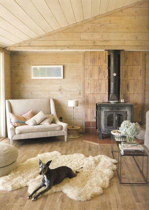 Alfombras gruesas y de pelo largo para aportar calidez y confort en el hogar escandinavo