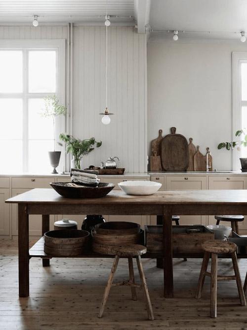 mesa de madera en el centro de la cocina