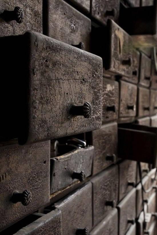 Antiguo mueble industrial de madera