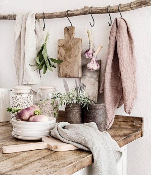 decoración de cocinas rústicas con troncos de madera y ramas secas