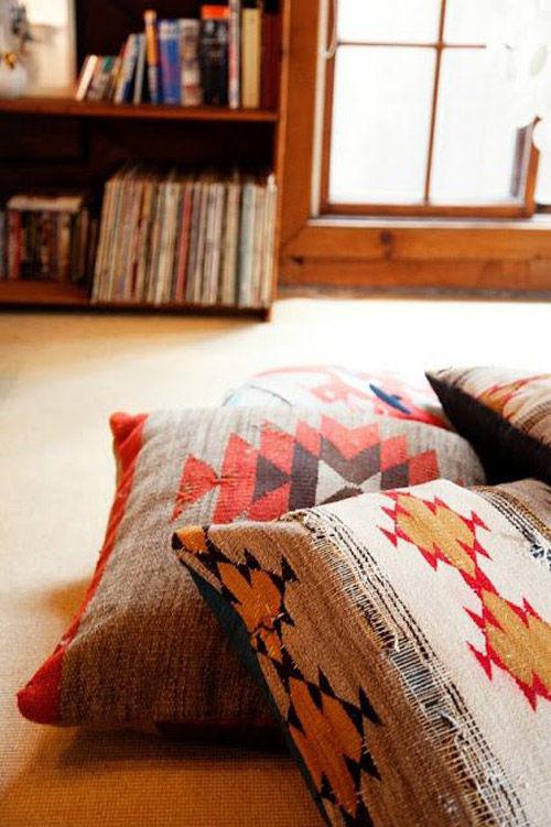 color y diseños geometricos en las fundas de cojines de estilo navajo