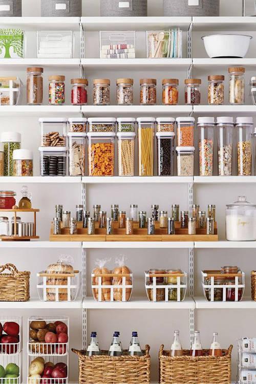 organización de la cocina con estantes a la vista