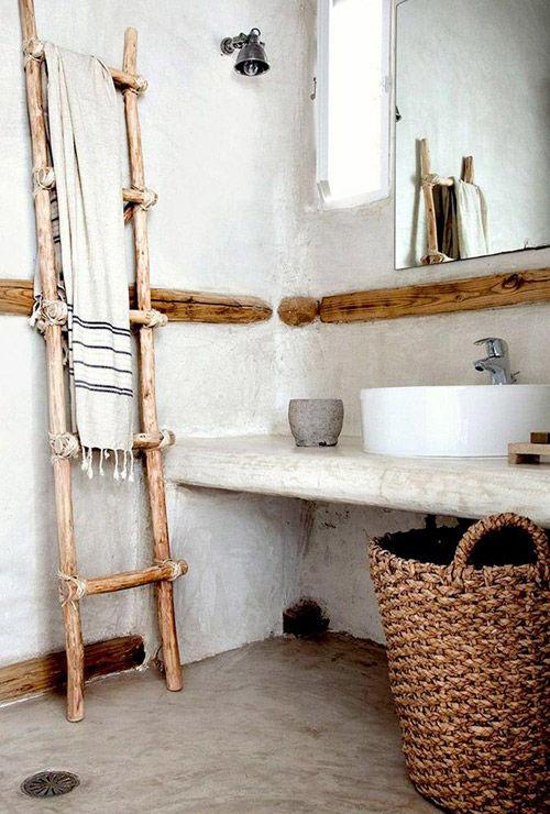 Cestas y canastos de mimbre en la decoración del baño