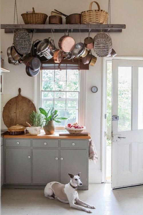 cocin ade estilo rústico con objetos colgados del techo