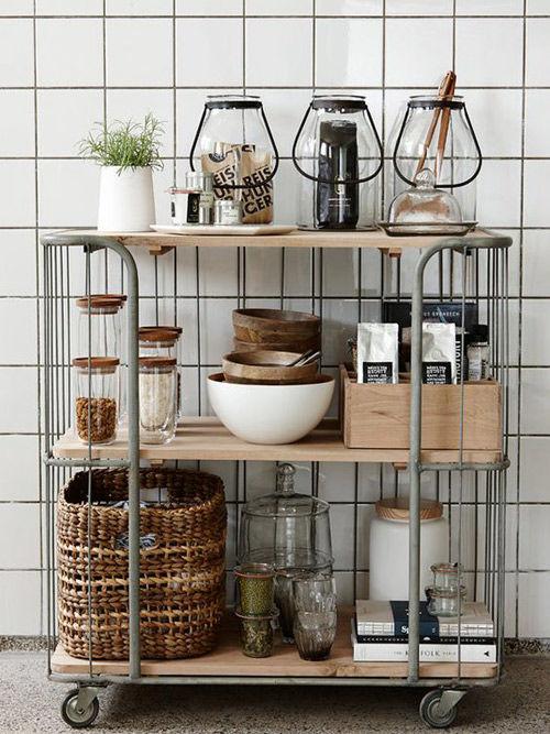carrito con estantes en la cocina
