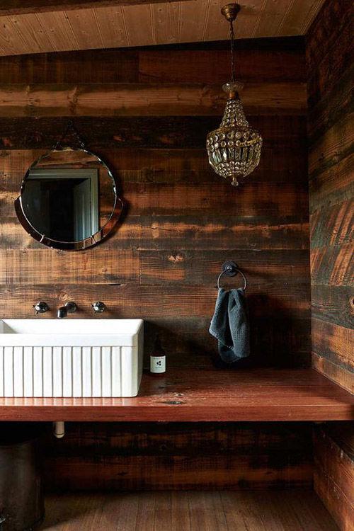 la madera y la piedra en los baños rústicos