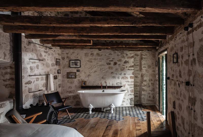 bañera con patas en una casa rural