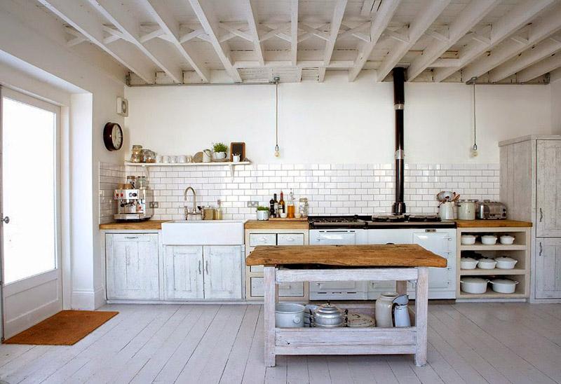 Cocina blanca de estilo rústico