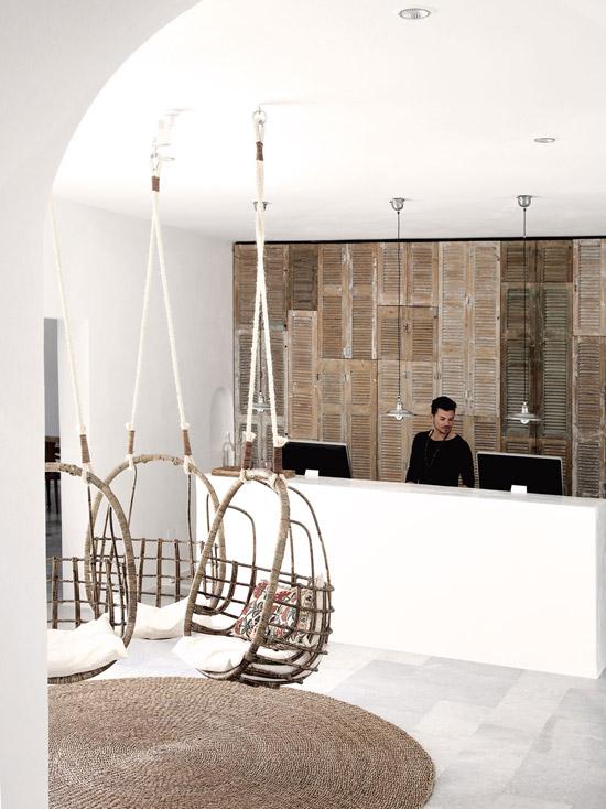 Unas sillas colgantes dan la bienvenida al San Giorgio hotel