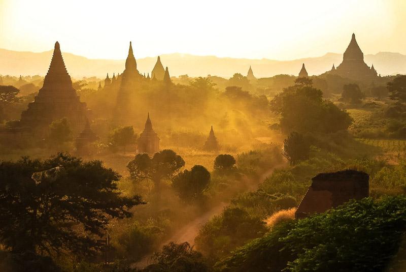 Badan en Myanmar con puesta de sol