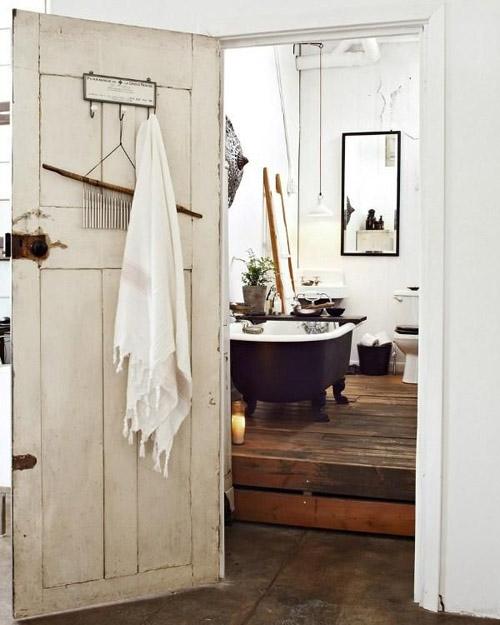 Bañera antigua en una casa rústica