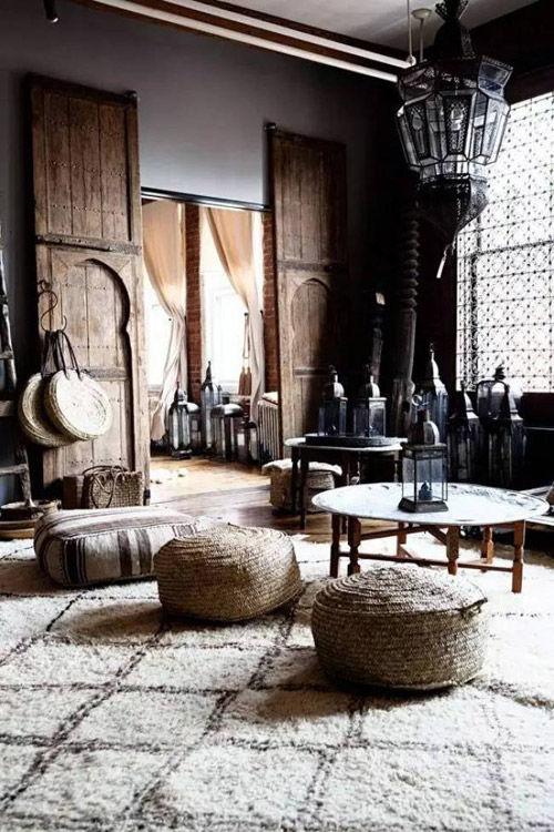 Decoración marroquí con alfombras y pufs