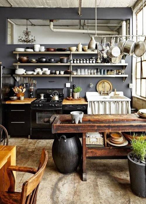Cocina negra con paredes de color gris