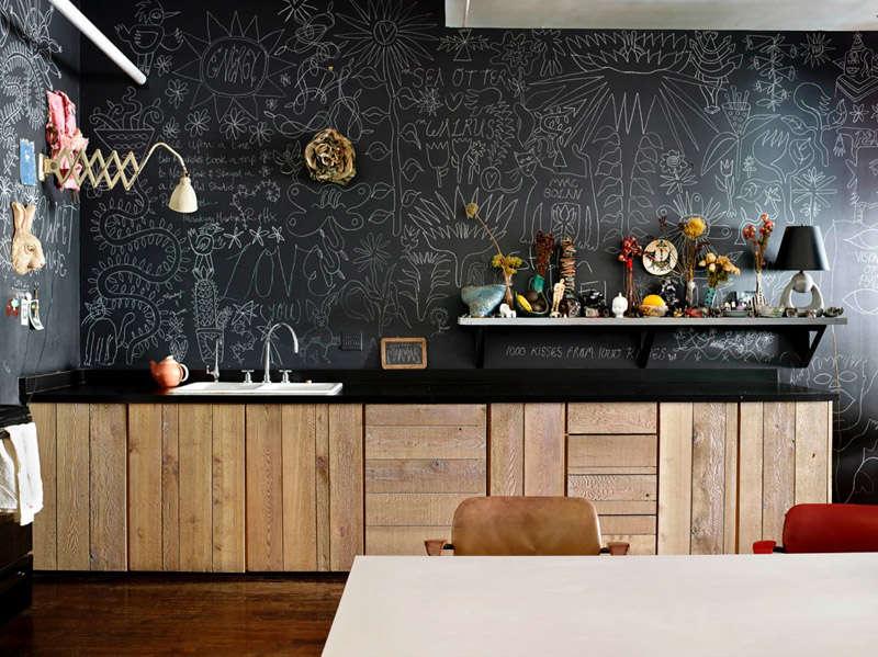 Cocina decorada con pared de pizarra