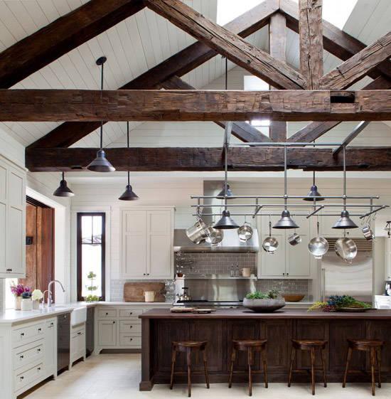 Cocina con vigas de madera a la vista