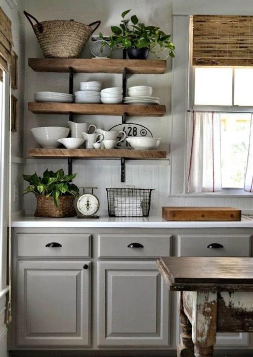 Decorar la cocina con estantes vistos