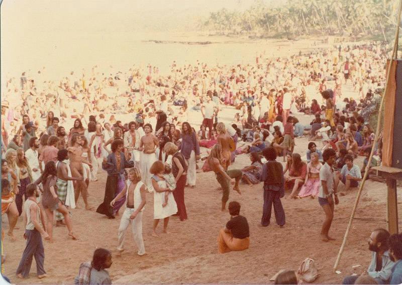 Hipiies bailando en la playa de Goa