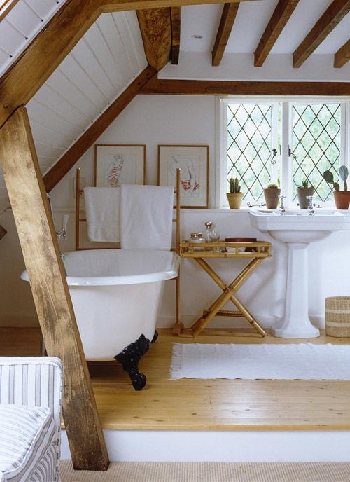Bañera con patas de hierro fundido en un lavabo rústico