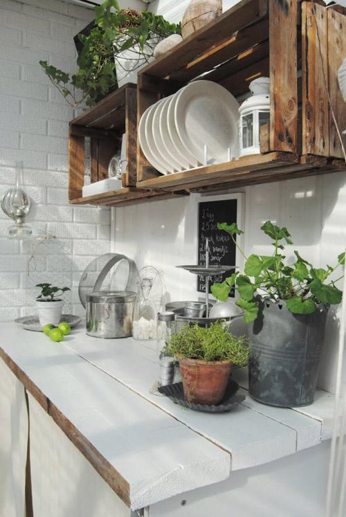 Cajas de madera como estantes en la cocina