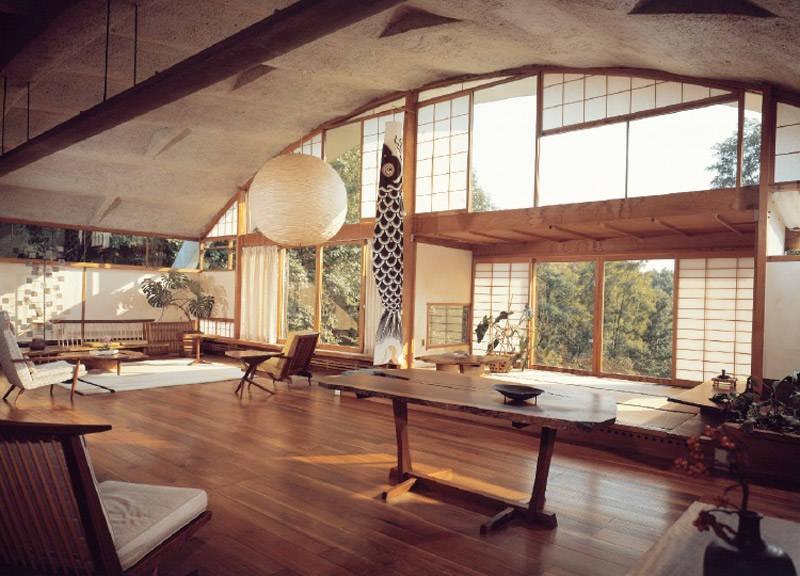 Una casa con una decoración tradicional japonesa