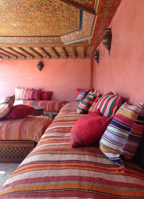 bordados y colores en los cojines de marruecos