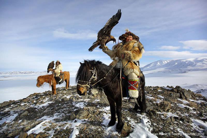Mongoles cazando con águilas en el desierto del Gobi