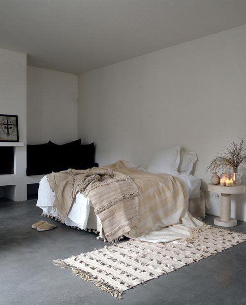 habitación decorada con una alfombra marroquí