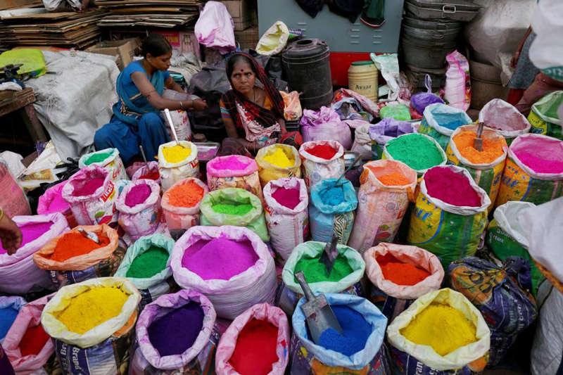 Vendedoras de pòlvo de colores en el Holi Festival en la India