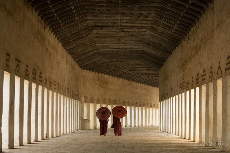 Pasaje del monje budista, Bagan, Myanmar. Fotografía de Joel Santos.
