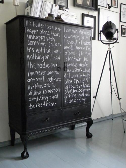 Mueble tratado con pintura de pizarra