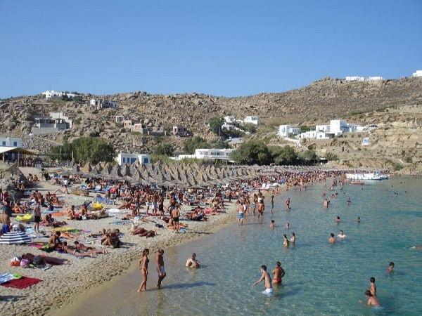 Mucha fiesta en la Super Paradise Beach de Mykonos