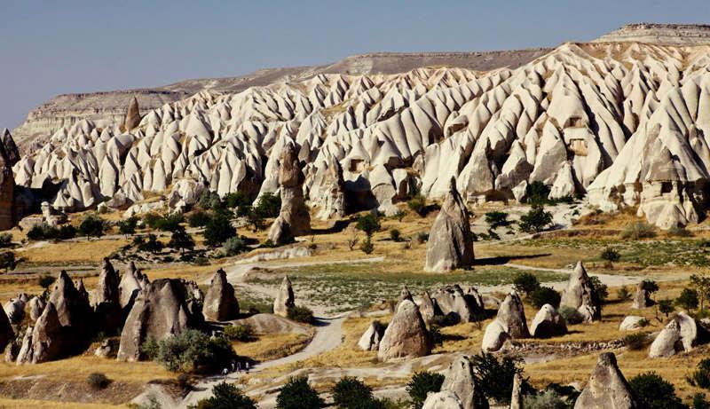 Formaciones rocosas en un valle de Capadocia
