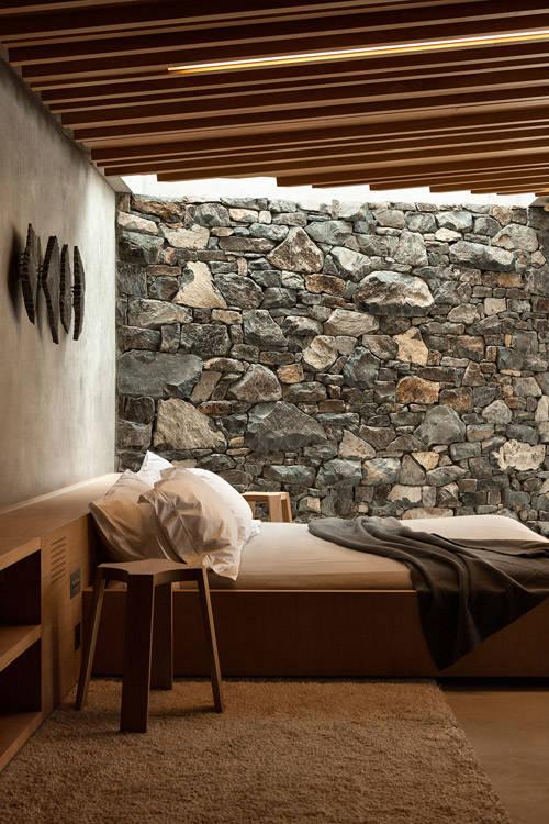 pared de piedra en un dormitorio de una casa de playa